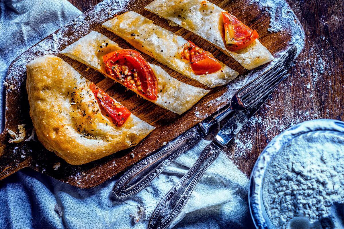Нарезанная пицца на доске