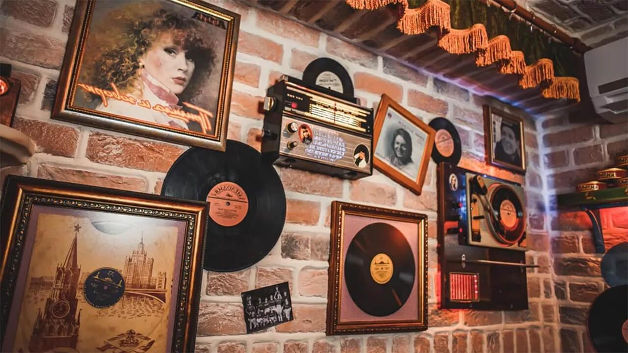 Виниловые пластинки на стене