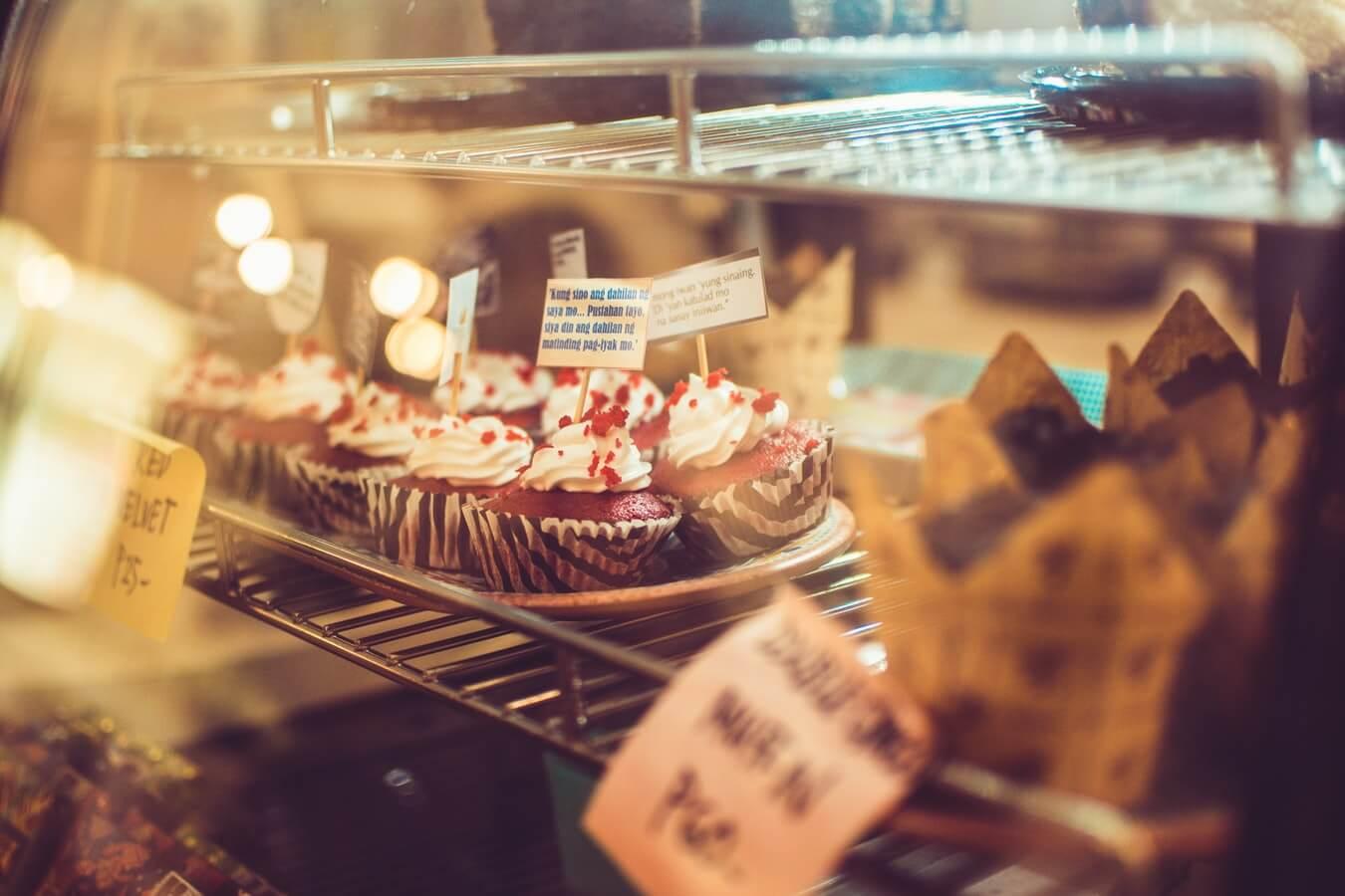 Пекарня, пирожные на прилавке