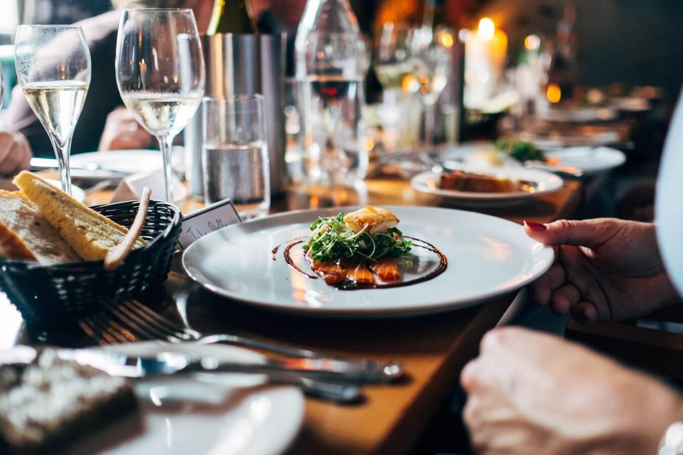 Ресторан, тарелка с блюдом