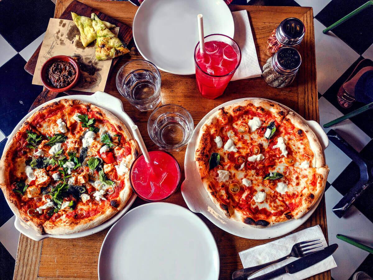 Стол в заведении с двумя пиццами